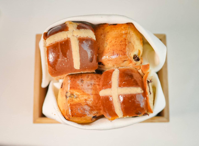 由英式傳統鬆餅及十字包嘅麵包籃,造型精緻。