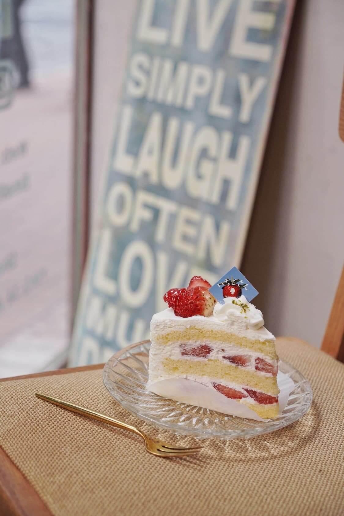 純白色的鮮忌廉,點綴「佐賀莓小姐」的鮮紅,蛋糕的外觀與顏色配搭都非常吸引。