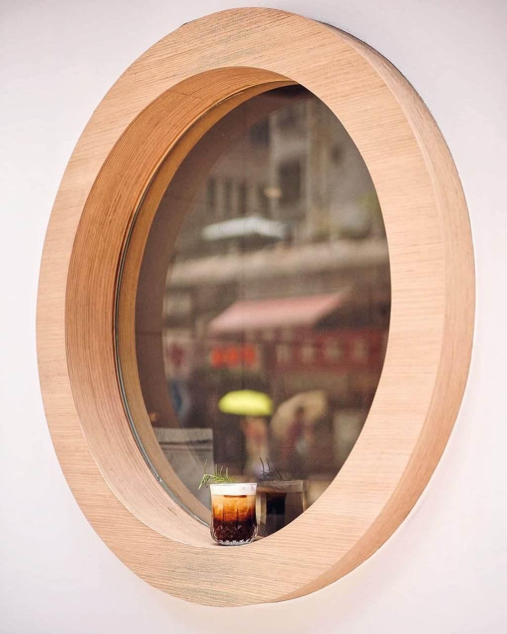 圓木框窗係「鳥山。商號」標誌設計。
