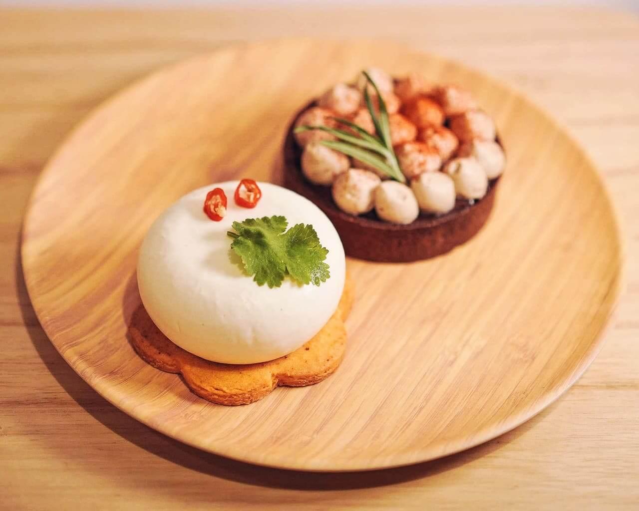左:「柊」- 泰式椰子芫茜芝士蛋糕 HK$58;右:「松」 - 辣芒果摩卡生巧塔 HK$58