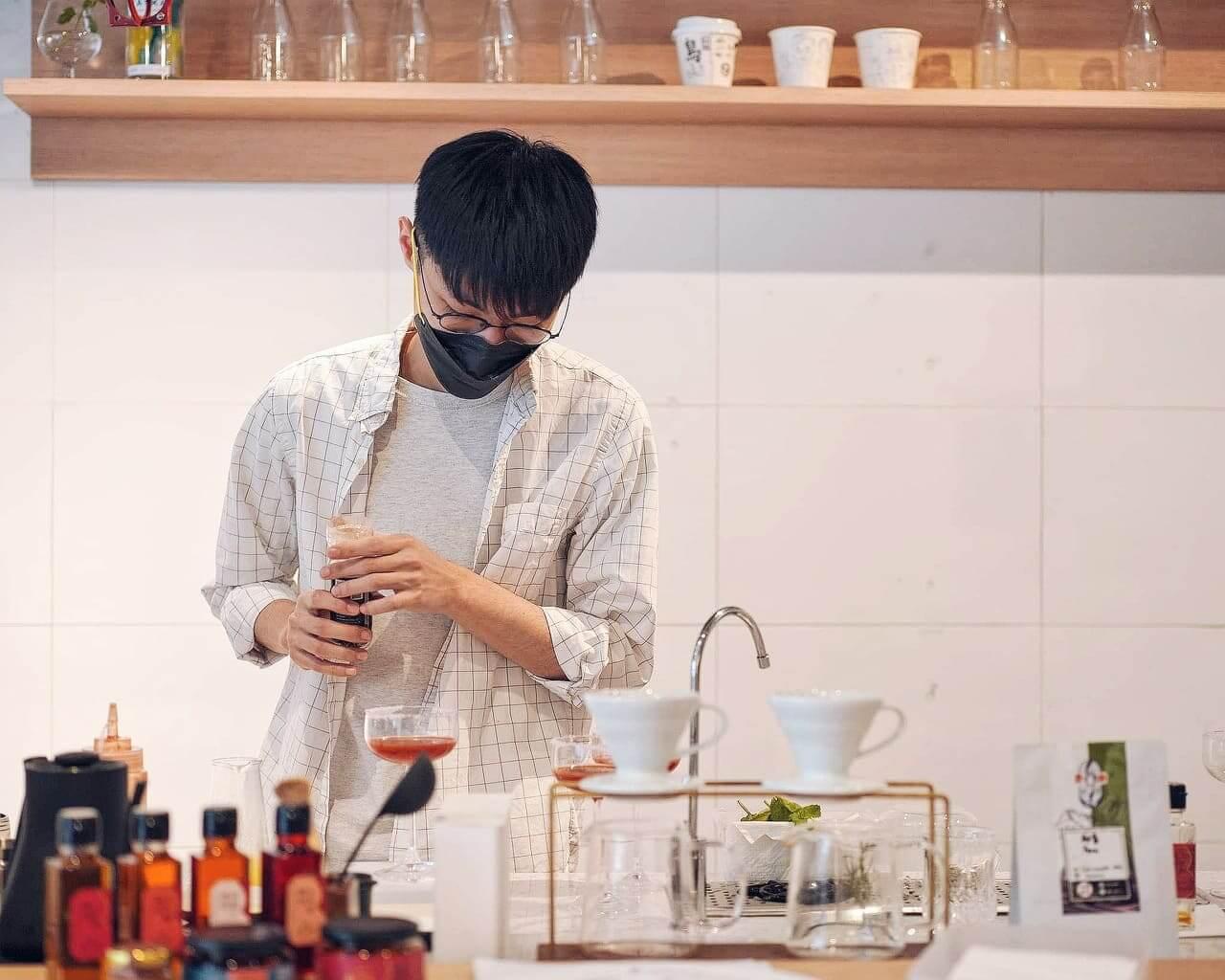年青咖啡師 Ericsson親自調製辛味特飲。