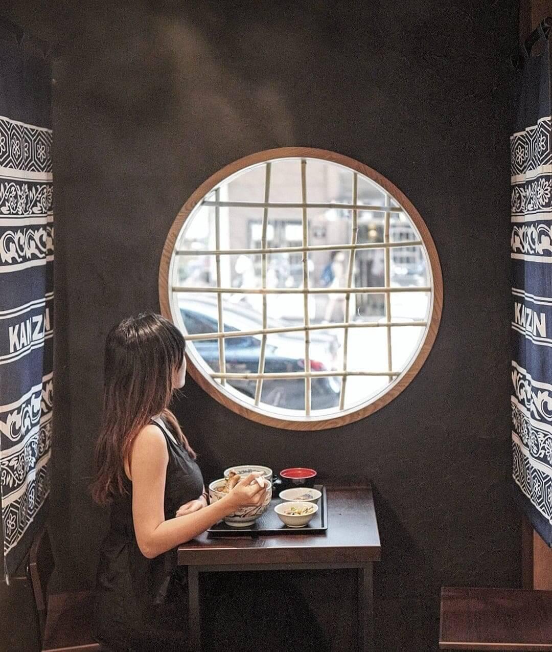 型格日式黑牆,加上圈形小窗,打卡100分!