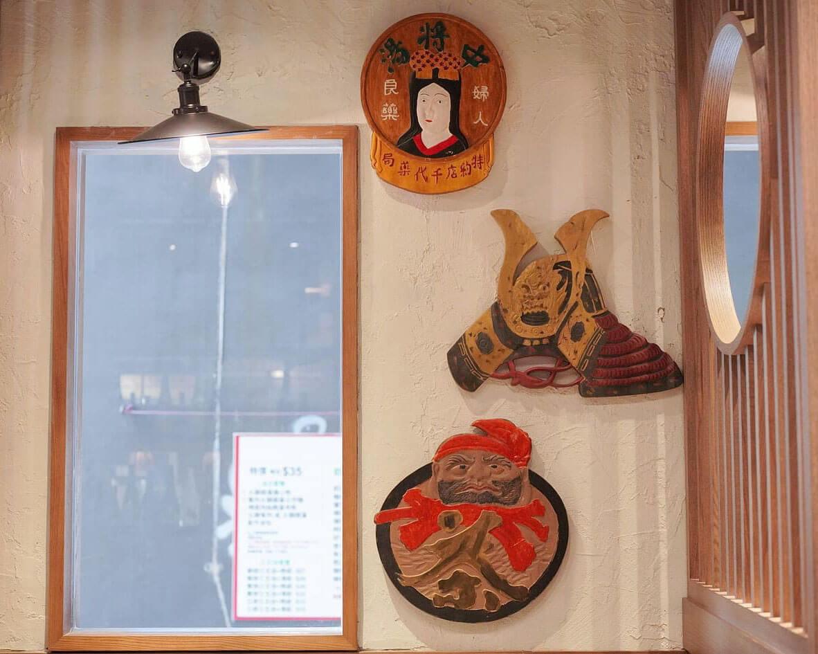 牆上釘滿日系木板裝飾,好有氣氛!