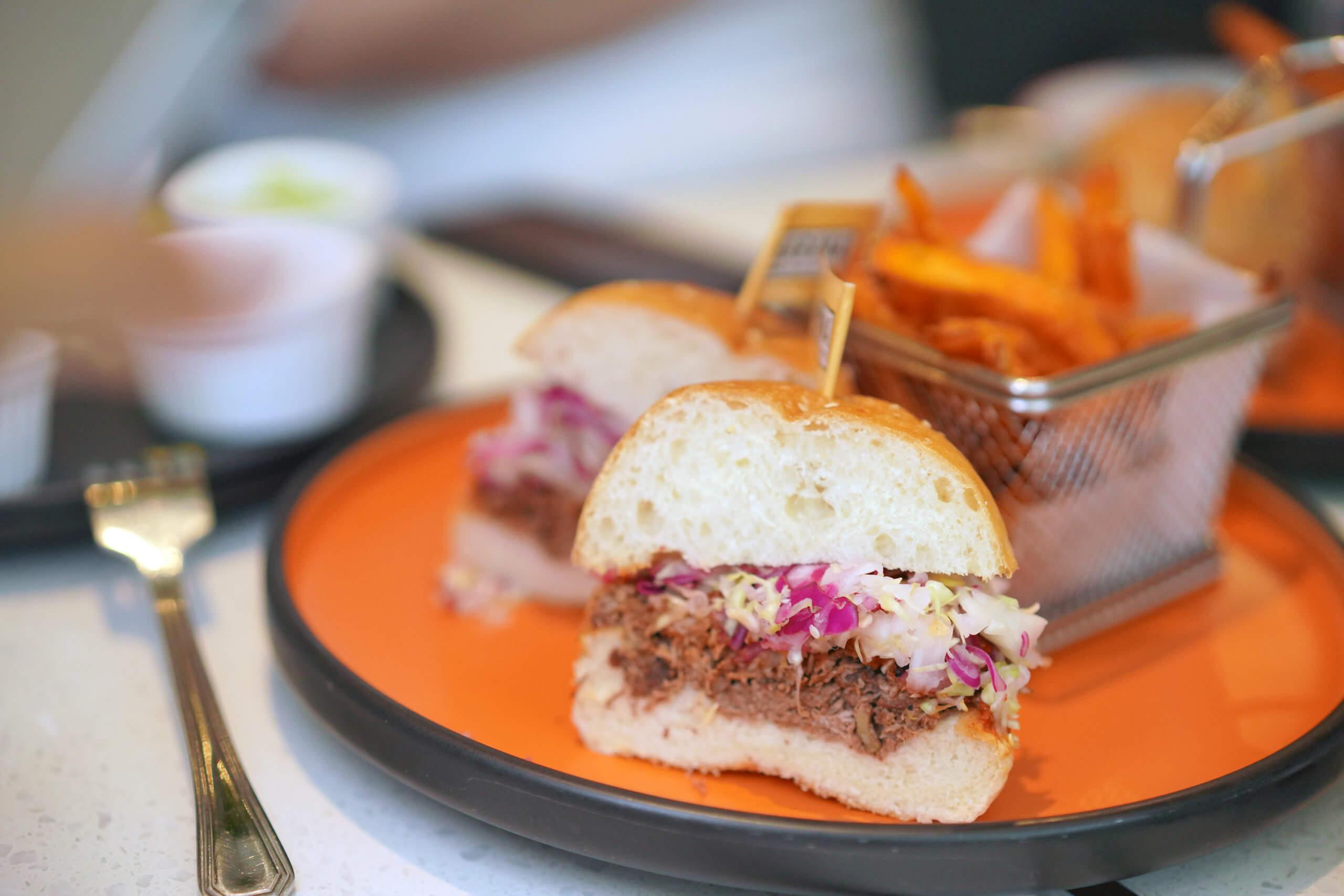 漢堡好足料,夾有厚厚嘅KARANA 全植物豬肉。