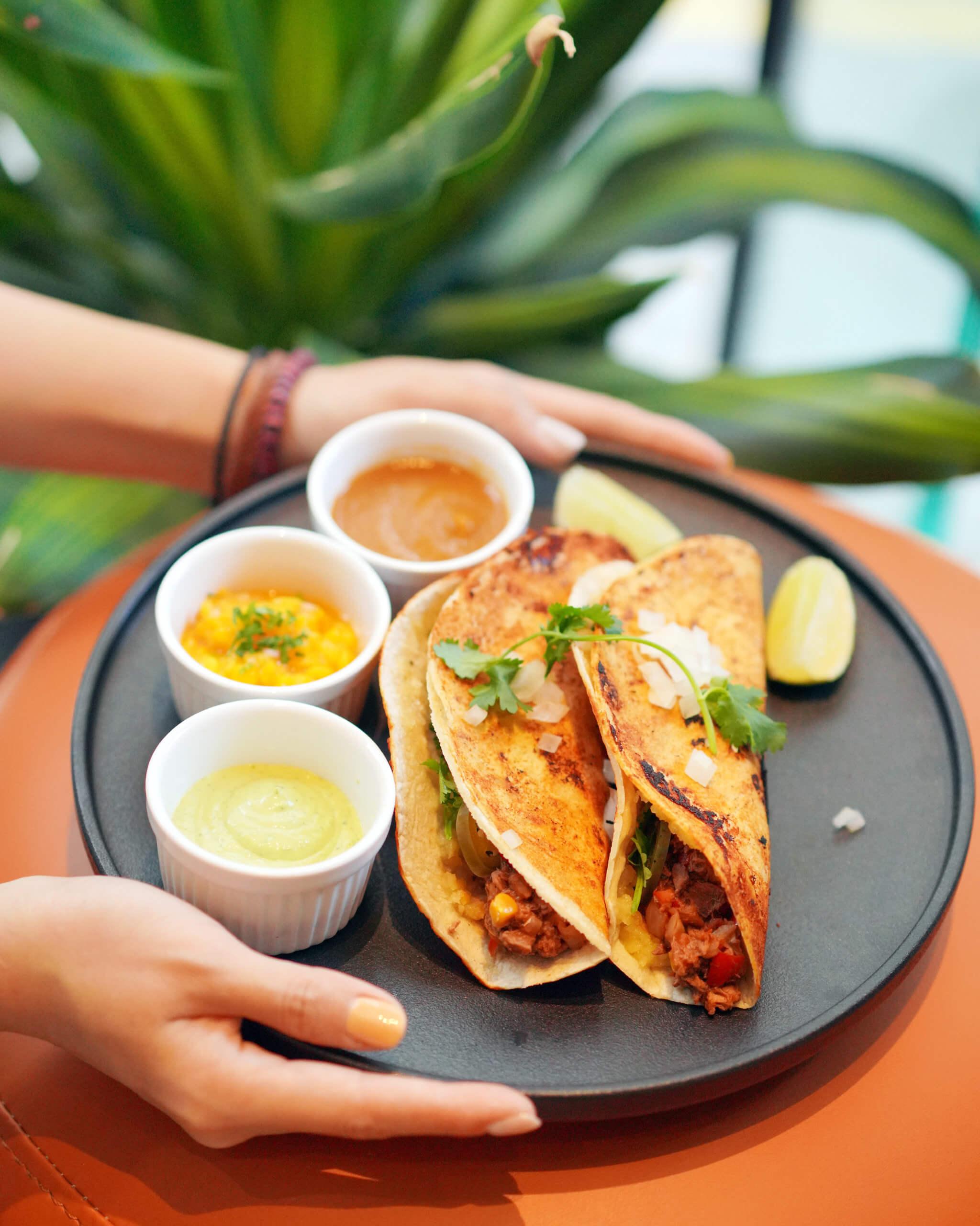 將KARANA全植物豬 肉加入香辣香料,製成特色嘅墨西哥卷餅。