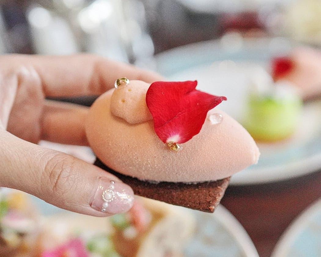 玫瑰荔枝忌廉配朱古力酥餅及紅桑梅糖。