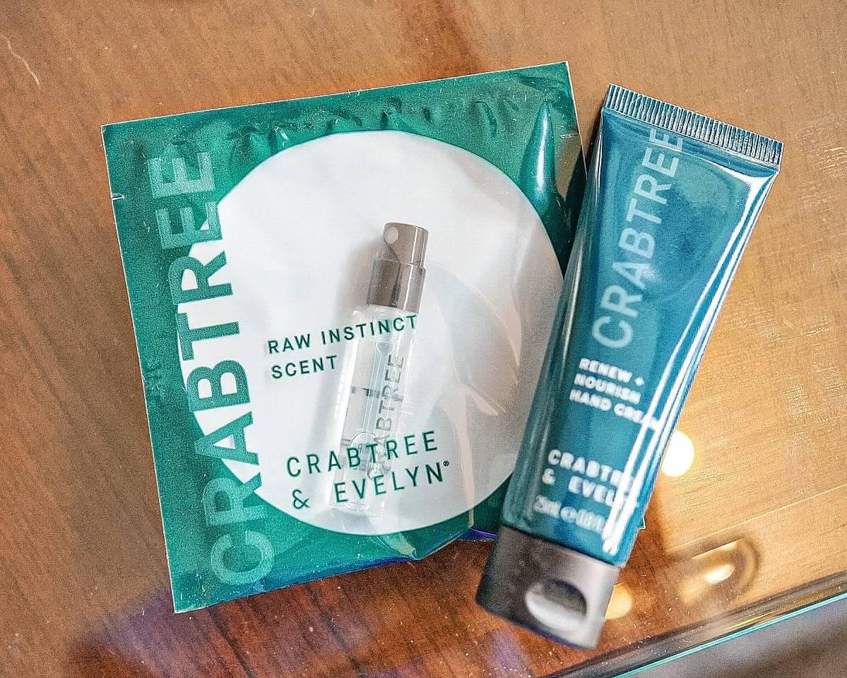 禮品包包括自然氣息香水(左)及再生+滋養護手霜(右)。