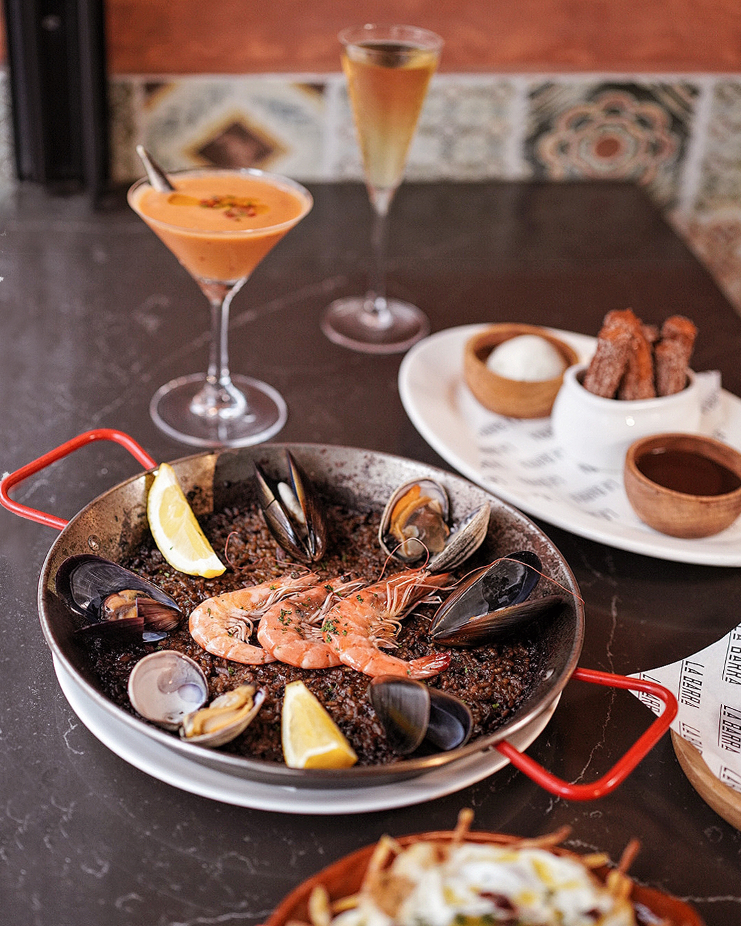 La Barra提供一系列地中海風味餐飲。