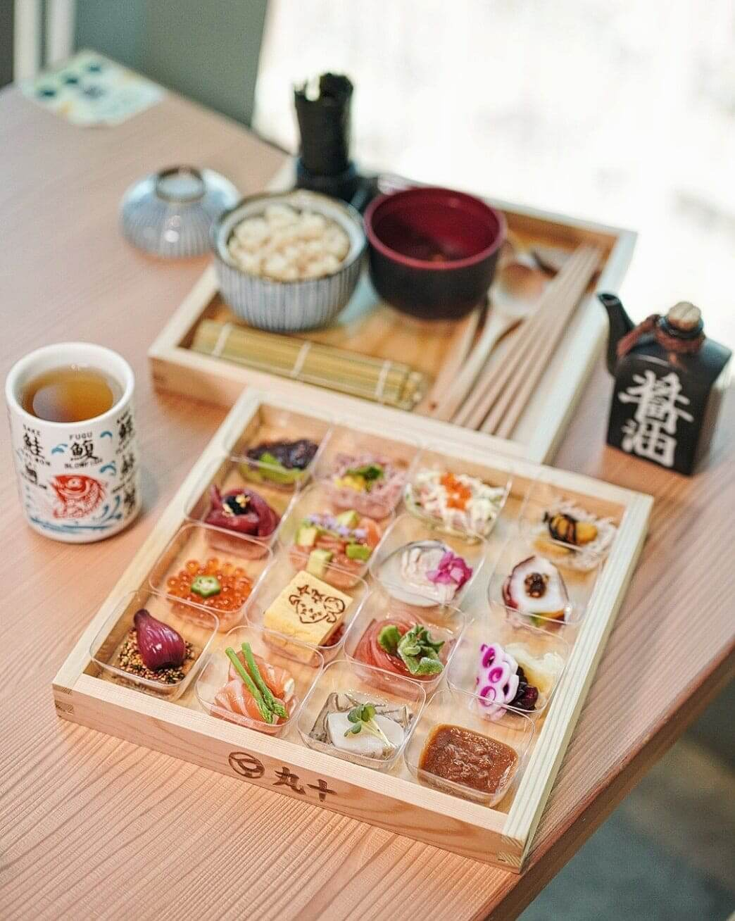 手和壽司可自行 DIY,將唔同嘅食材、醬汁及丸十名物精米飯配搭製成壽司,有得玩有得食!