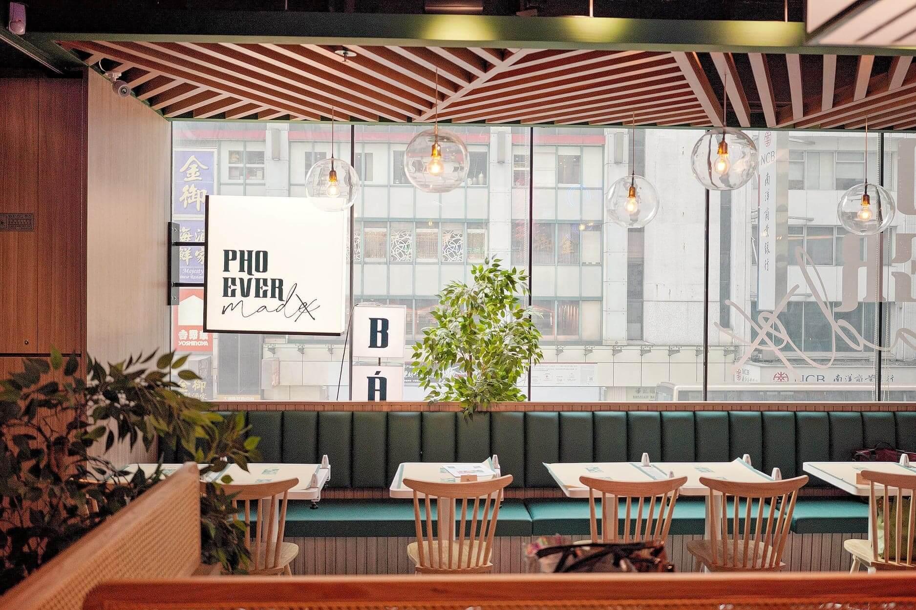 貫徹餐廳綠色主調,多重木系質感,不失舒適感。