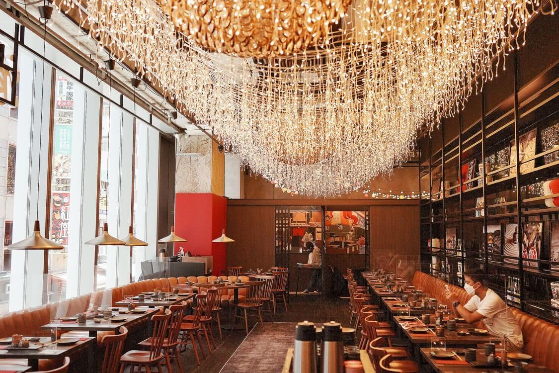 餐廳以日本大街小巷嘅居酒屋為室內設計概念。垂掛嘅吊燈,洋溢街頭氣息。