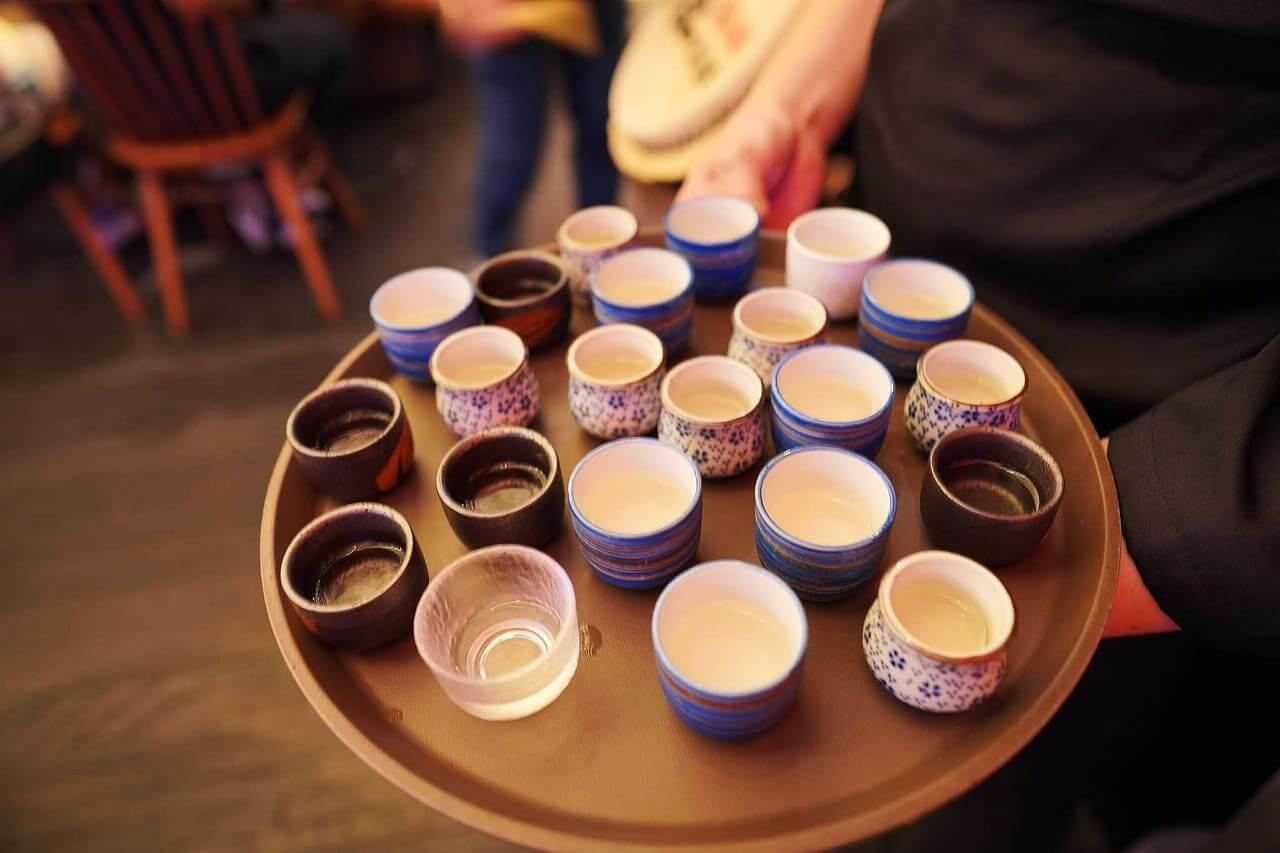 店員會為每個客人遞上一杯清酒。