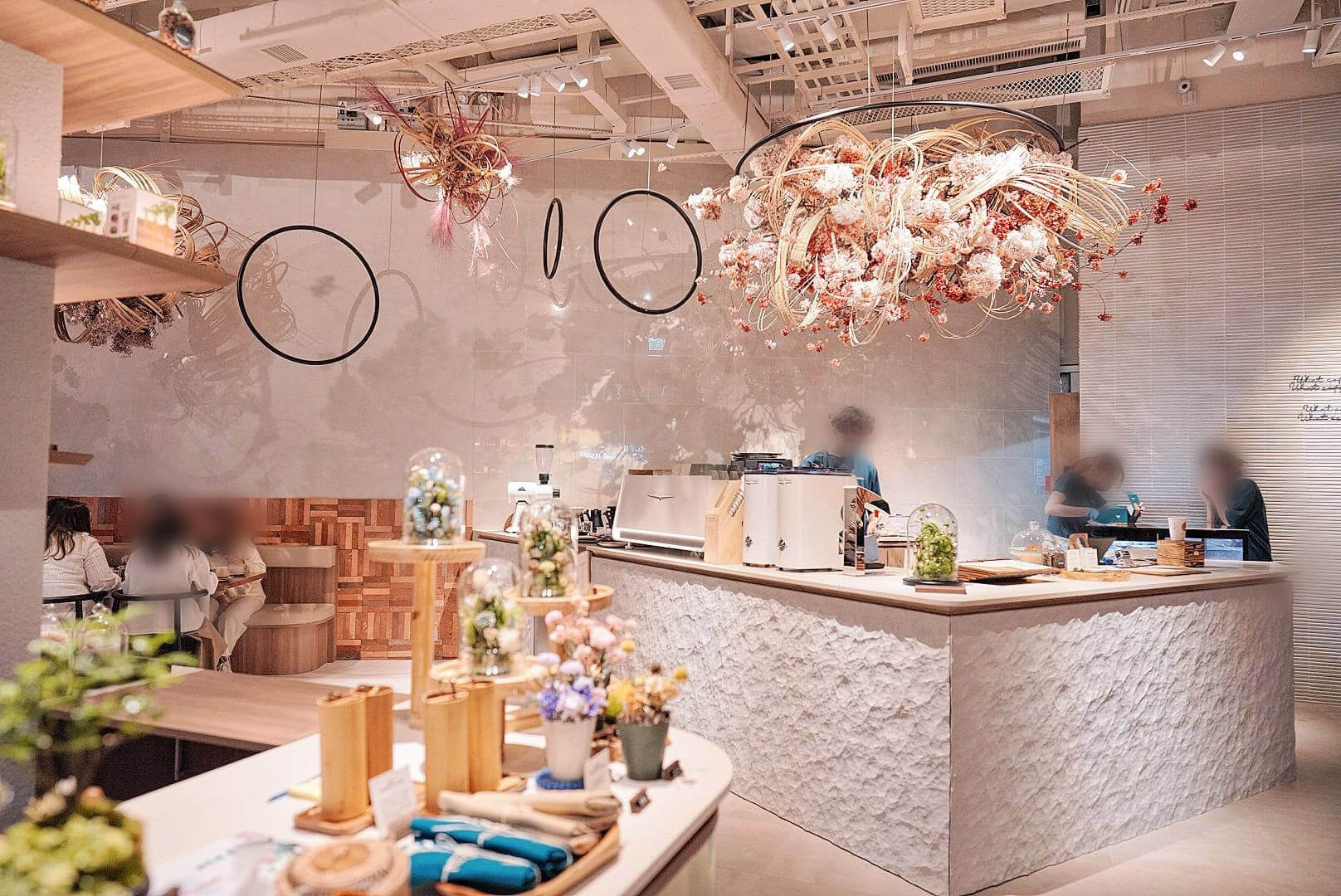 Cafe以櫻花為主題,另設小賣部供人買盆栽及訂花。