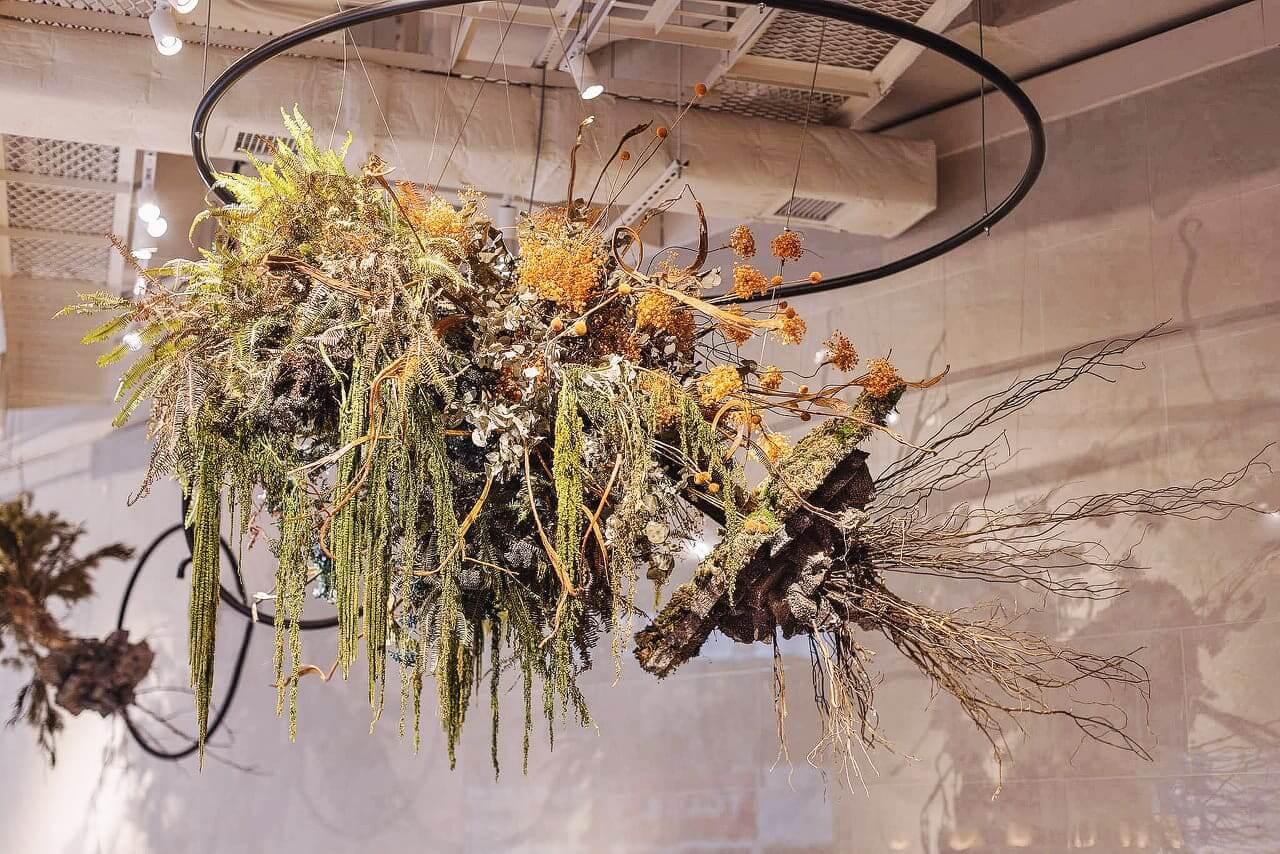 「浮嶼」花藝裝置由巨型桃花木丶自然風乾柔麗絲及保鮮繡球、滿天星所製成,倒垂於吧枱嘅正上方。