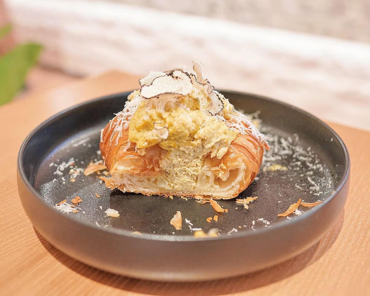 切開牛角包,酥皮層層分明,炒蛋及松露份量足。