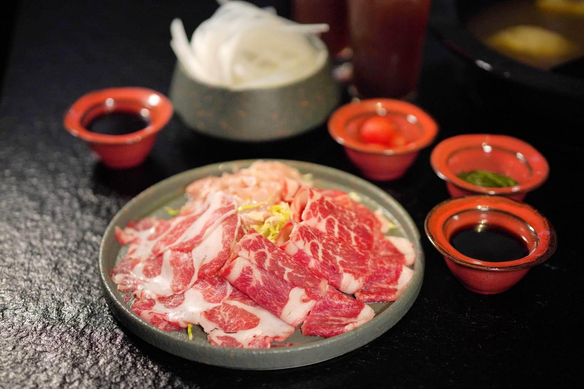 套餐肉類有西班牙伊比利豚梅肉、美國安格斯牛肩肉,以及雞肉。