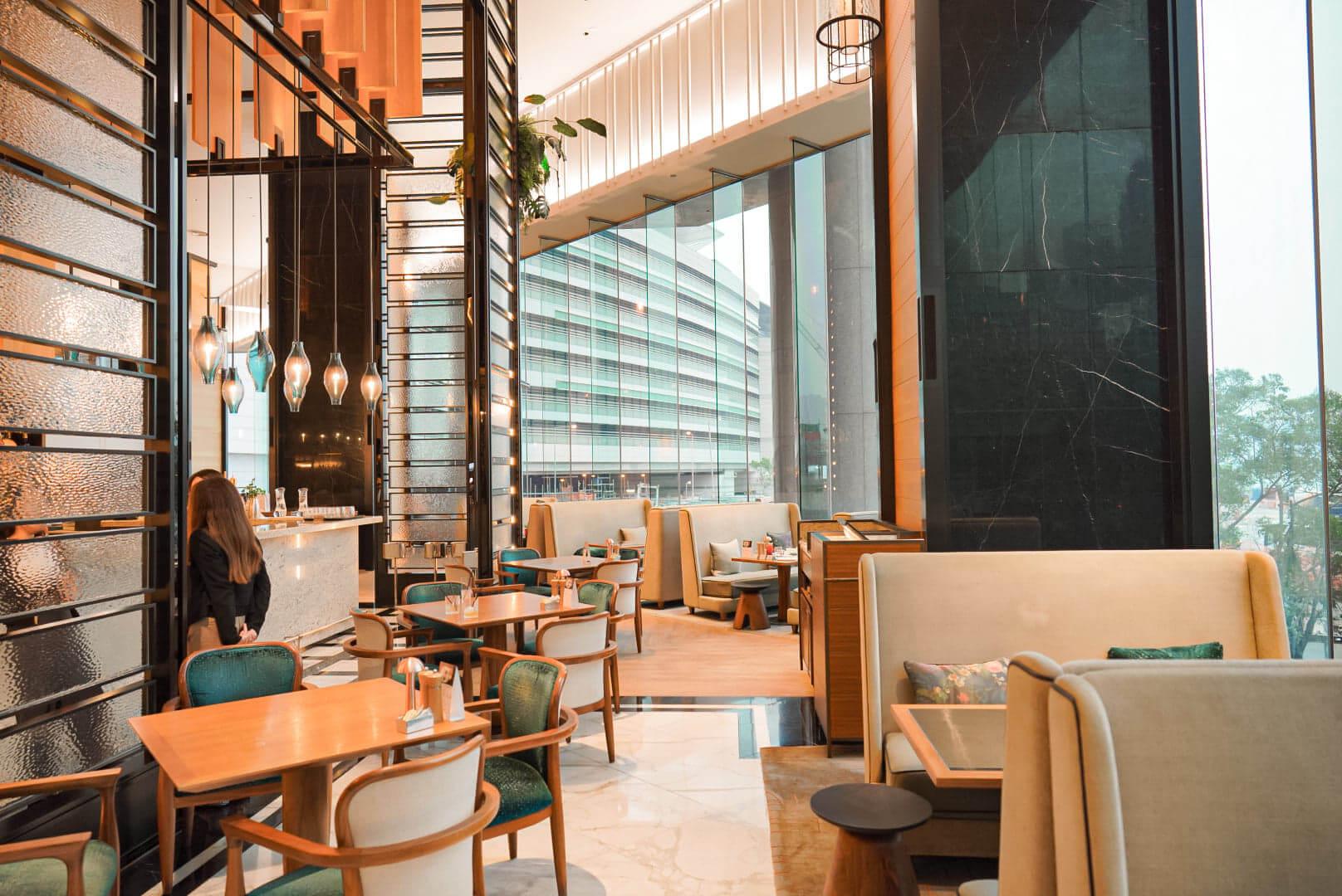 Mirage Bar & Restaurant坐擁多幅落地玻璃窗,加上以綠色植物作裝飾嘅25尺高中央吧台,環境舒適。