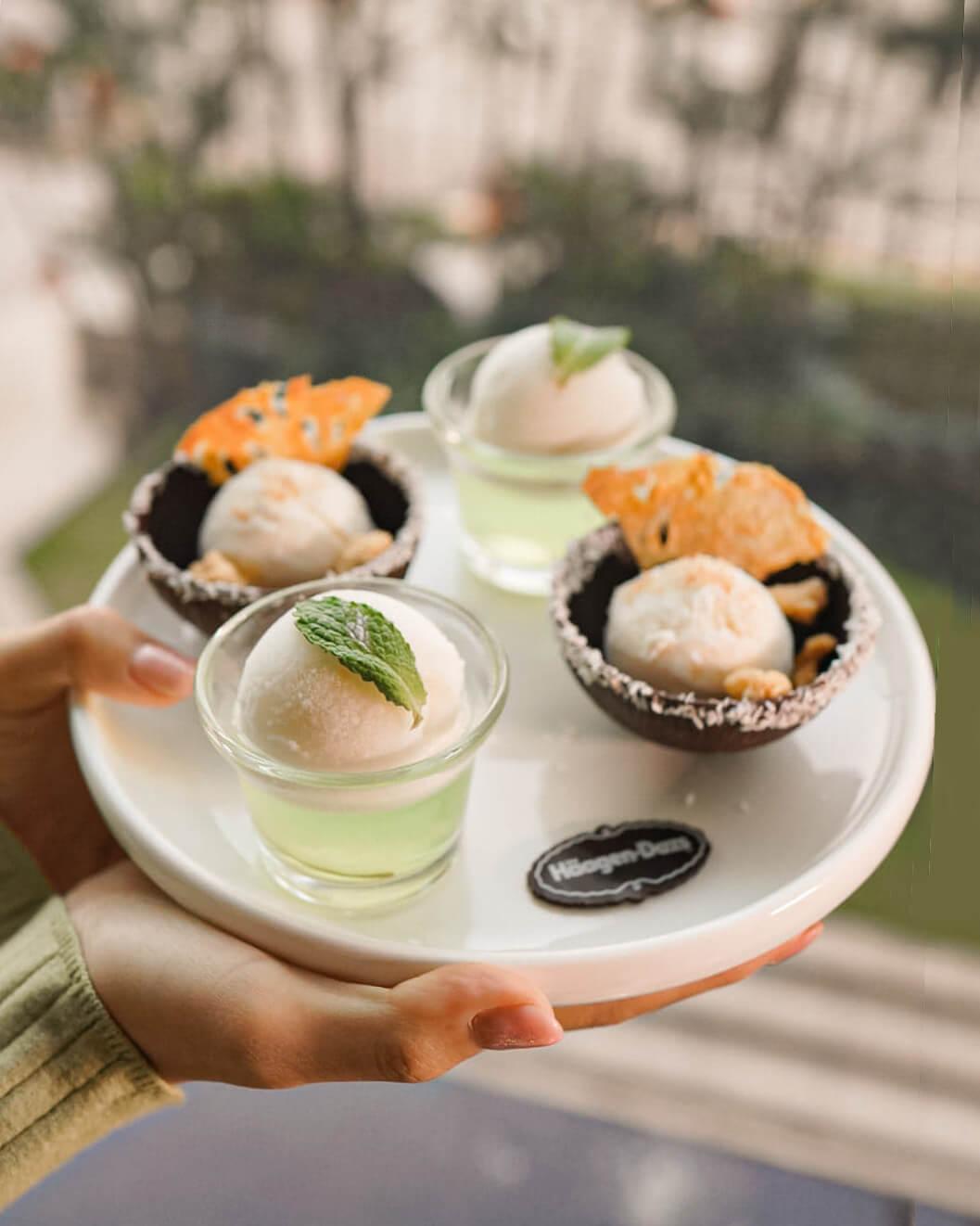以Piña Colada雪糕及Lime Mojito雪菓製成嘅特色甜點。