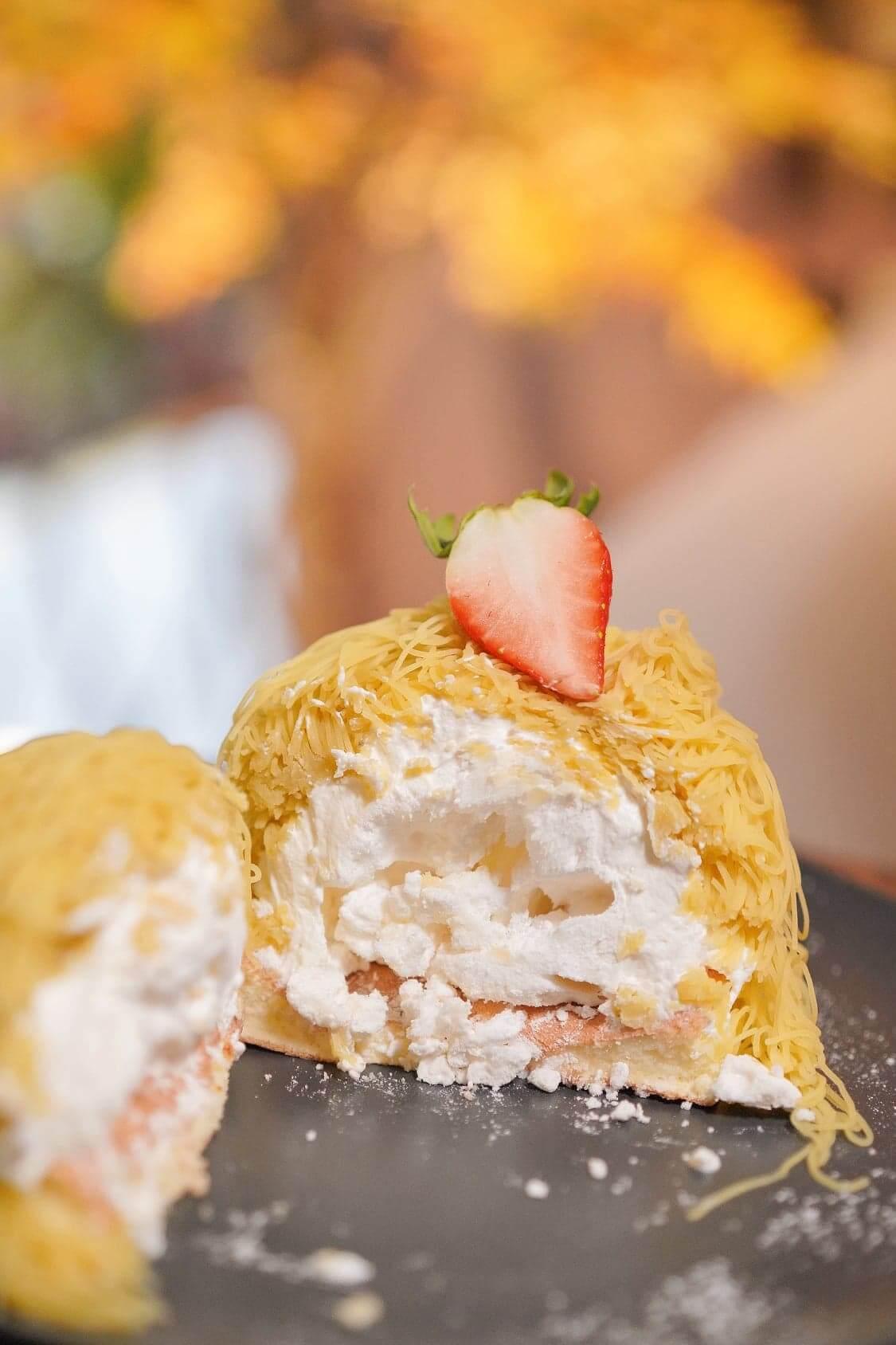 於班戟底放上香脆蛋白餅, 再加上日本忌廉,最後鋪上滿滿嘅甜薯蓉,整個班戟口感層次和味道都好豐富。
