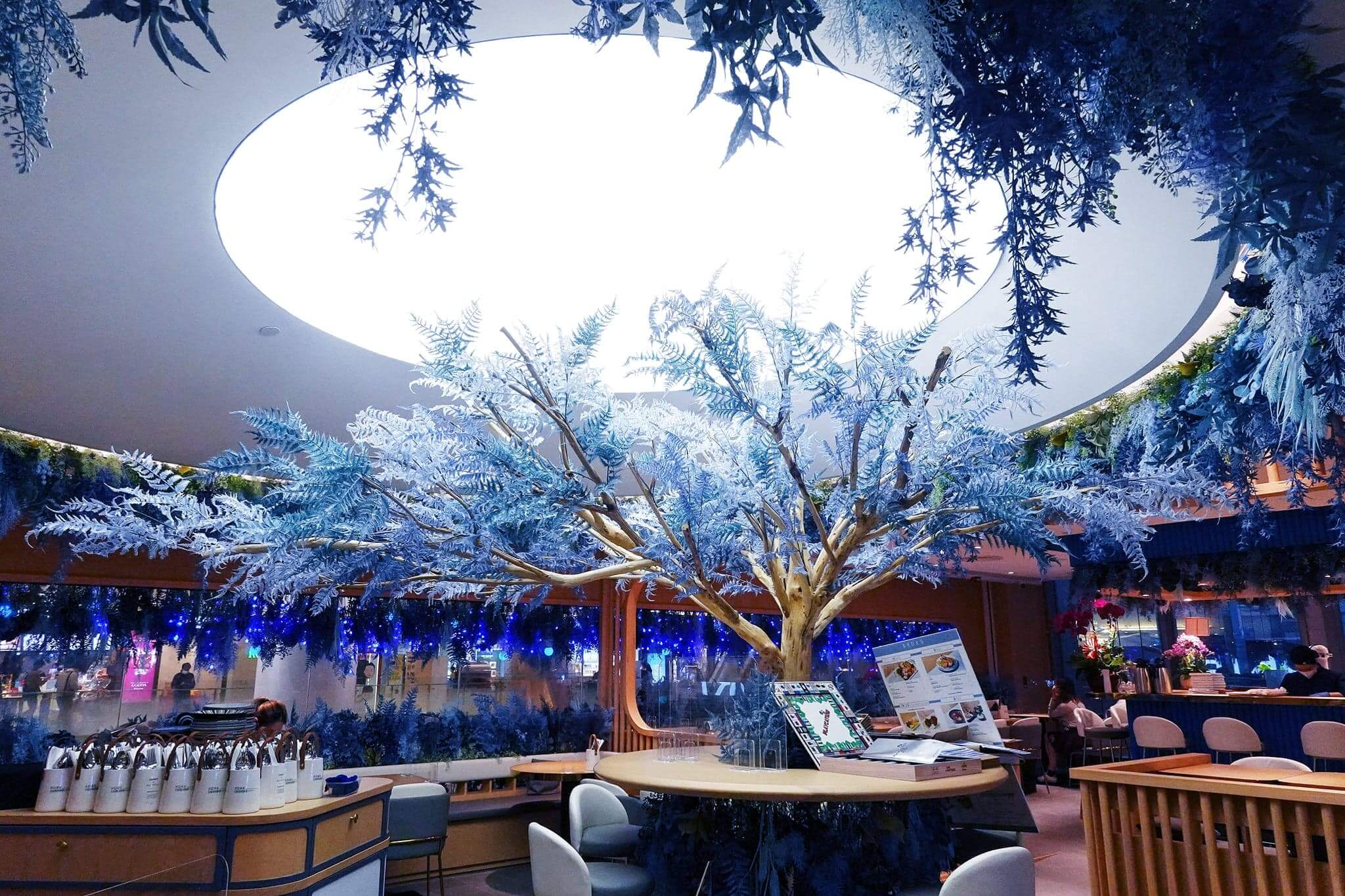 入店即見挺拔藍色大樹,感覺好華麗。