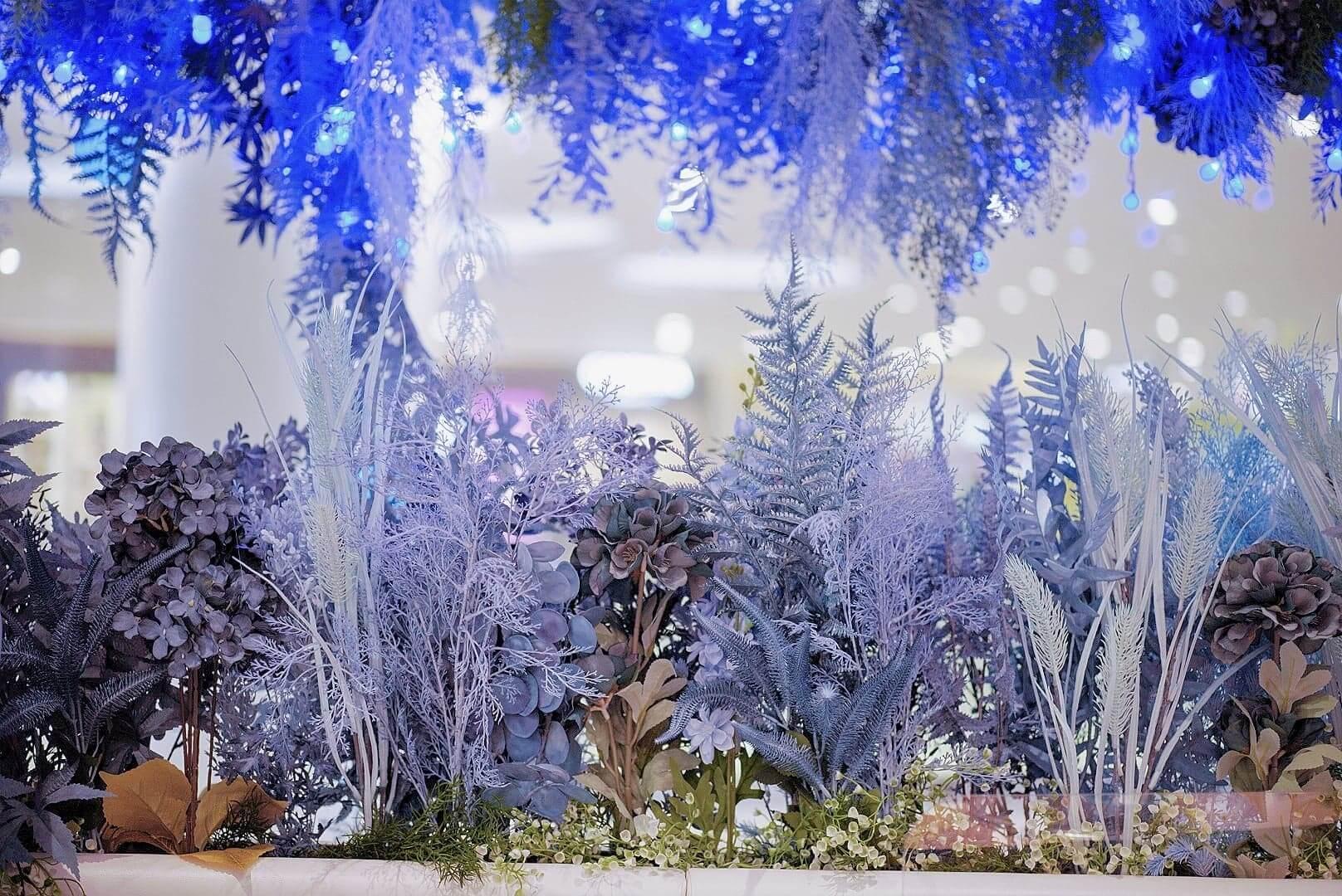 場內設有多層藍調花及樹木。