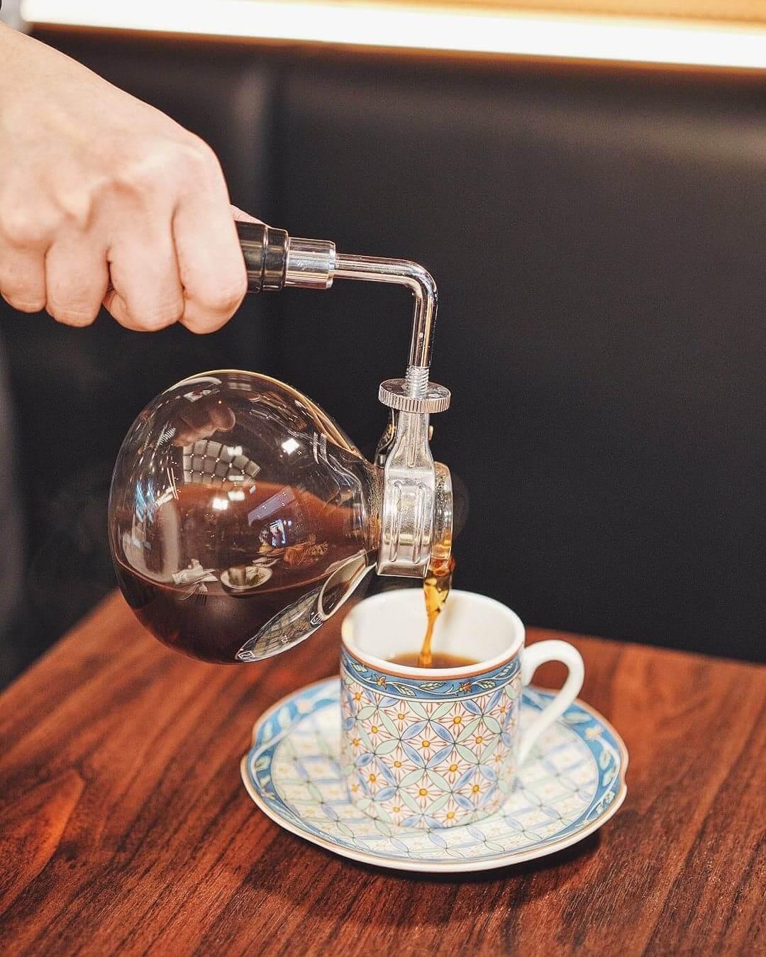 作為昭和喫茶店,店員會親自將煮好嘅咖啡,倒入客人自選嘅杯中。