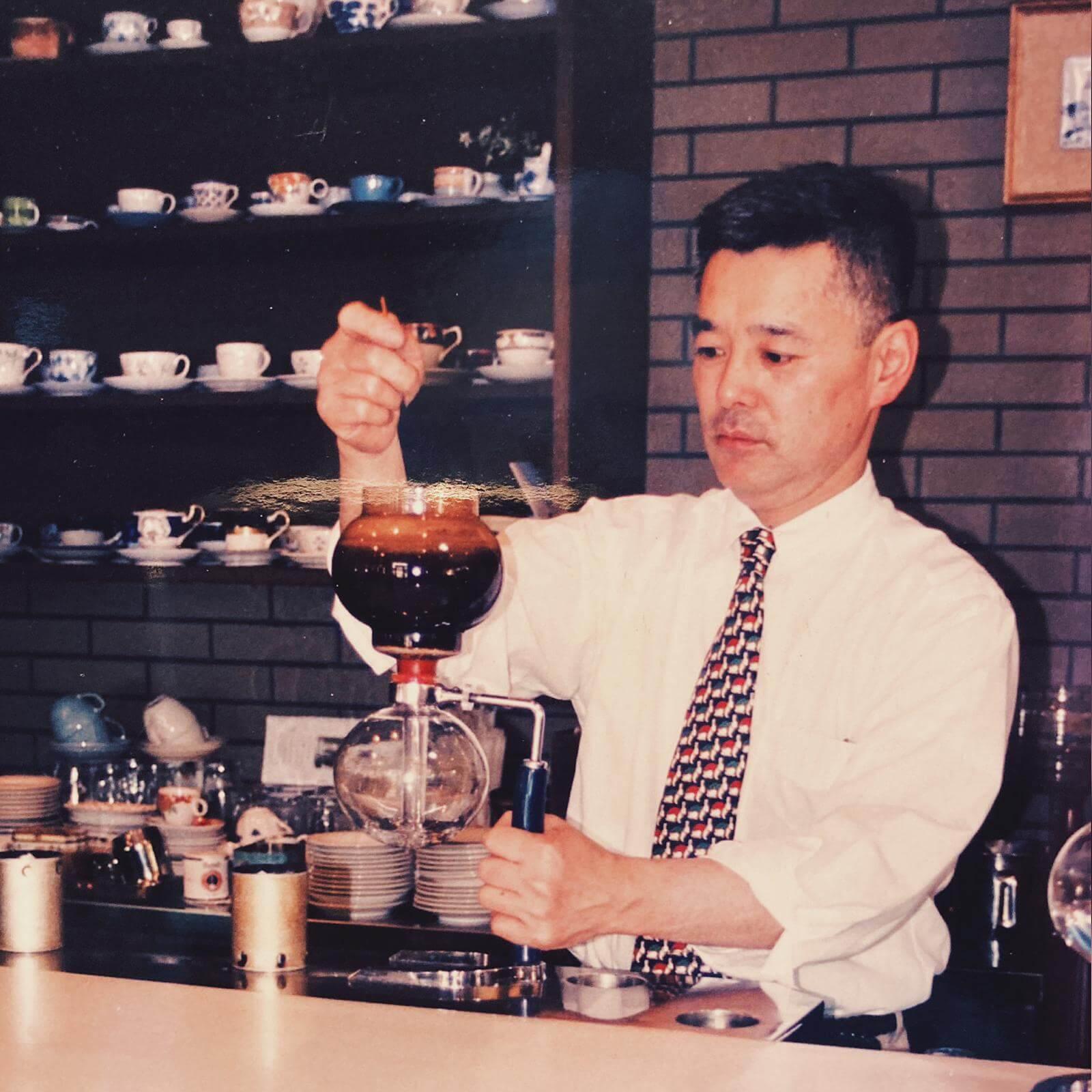 創辦人長谷川慎一,多年來堅持用自家焙煎嘅咖啡豆泡製虹吸咖啡。