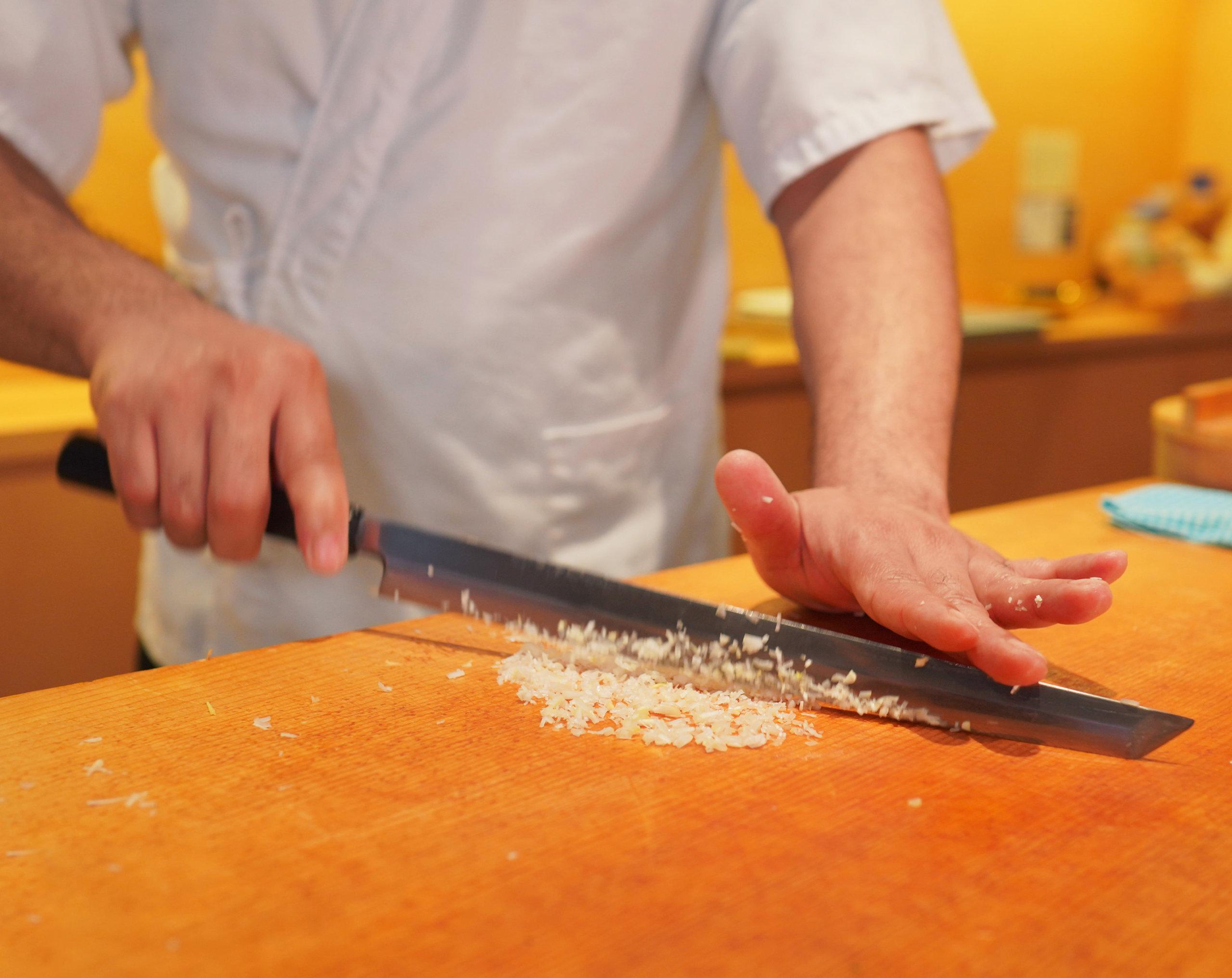 師傅快速剪碎京蔥。