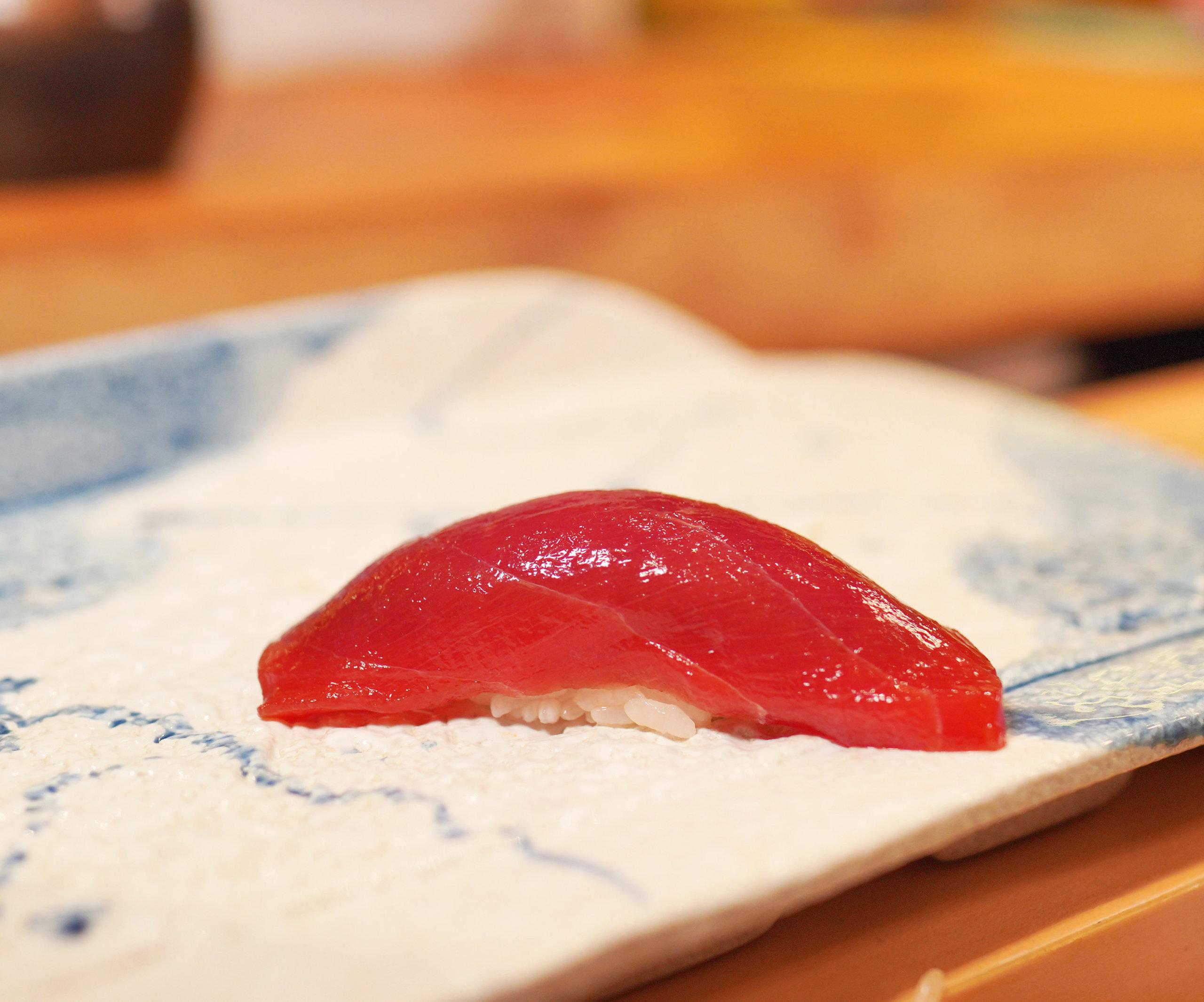 赤身醬油漬味道濃郁,肉質鬆軟。