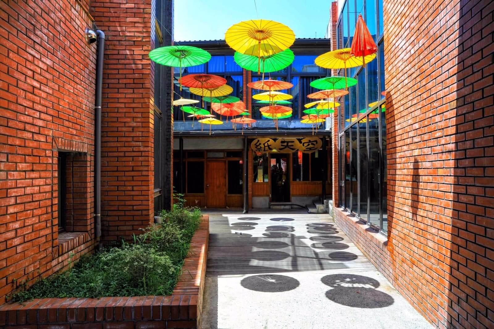 紙天空配合各式素材自由發揮,設計品包括布燈、紙燈、紙藝品、手工記事本、各式裝置藝術等,融合現代設計感與復古懷舊風。