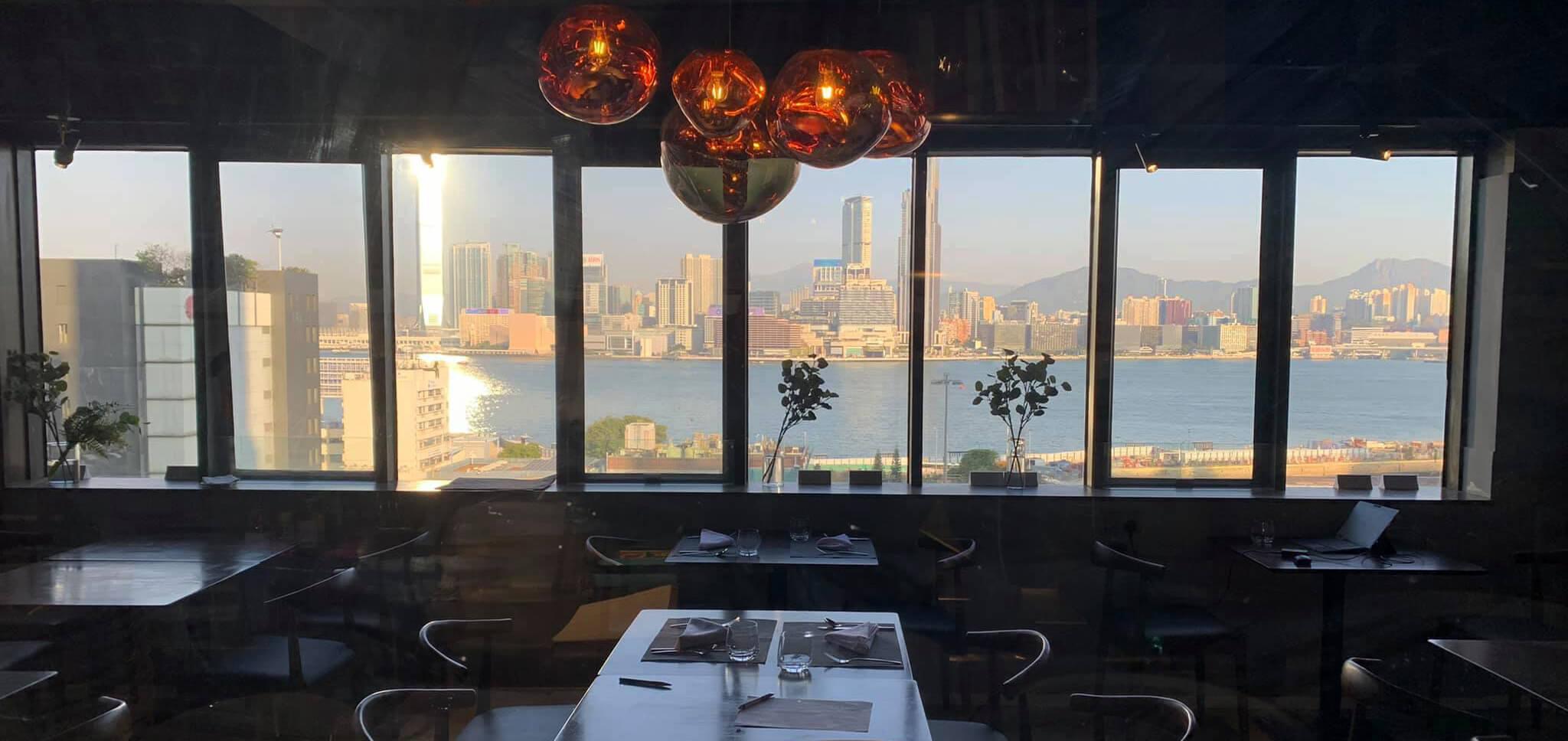 餐廳一面可望維多利亞港全景。