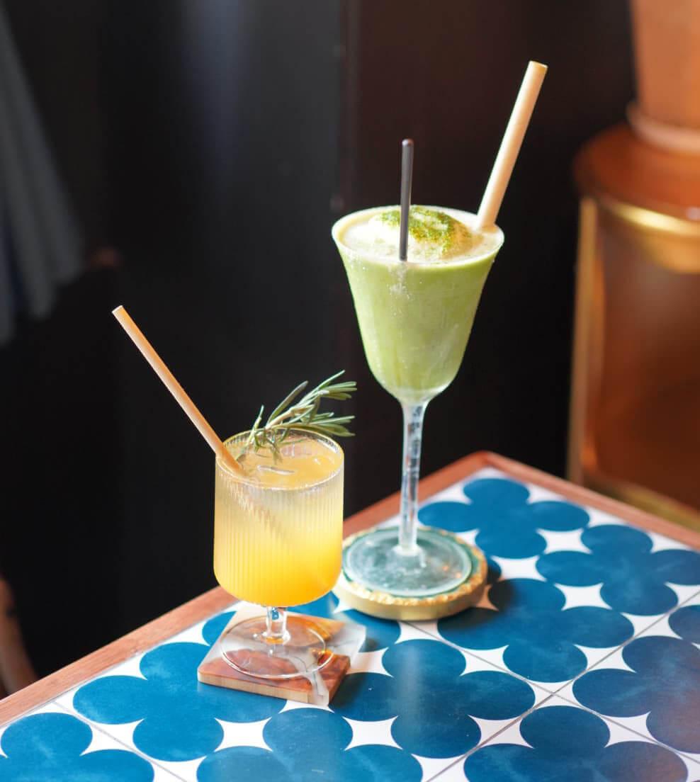 各式特飲都造型精緻,打卡一流!左:烏龍茶熱情果柑橘梳打;右:白朱古力抹茶沙冰