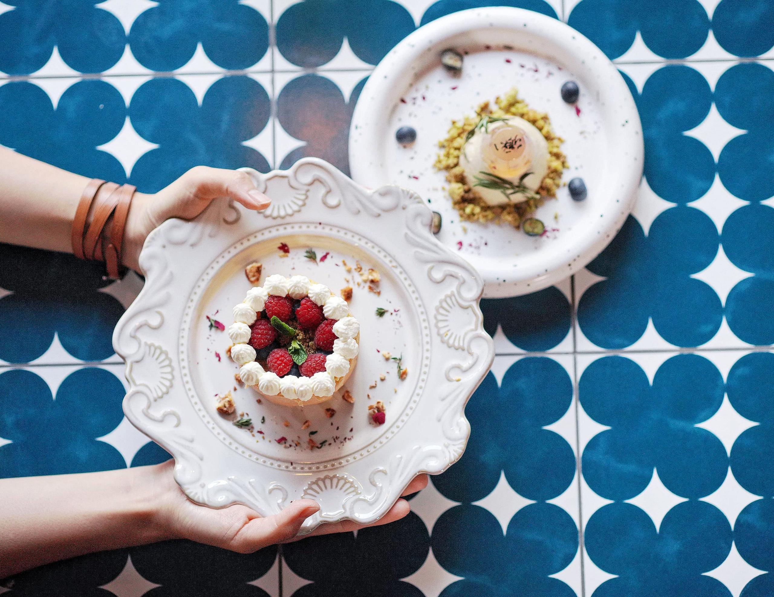 精緻甜品,隨手一影都係靚相!左:白朱古力夏洛逸蛋糕;右:佛手柑伯爵茶奶凍