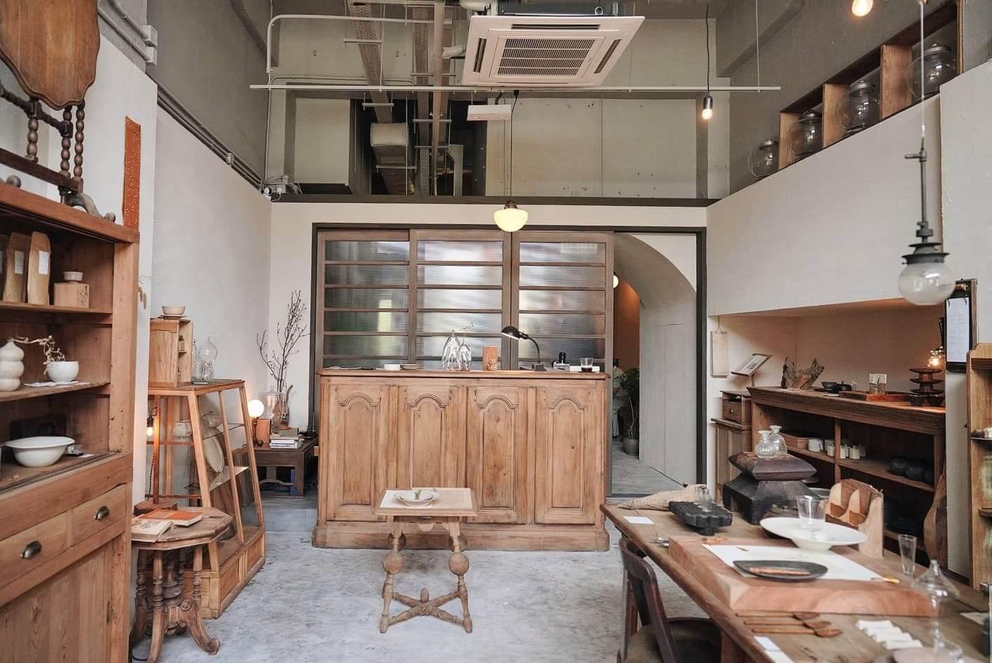 店內藏品及貨品,以日式、法國鄉村、陶瓷,到近代藝術家的作品均有。